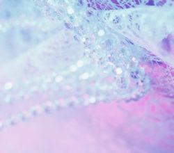 Стеклянные бусы на нежно-розовом фоне