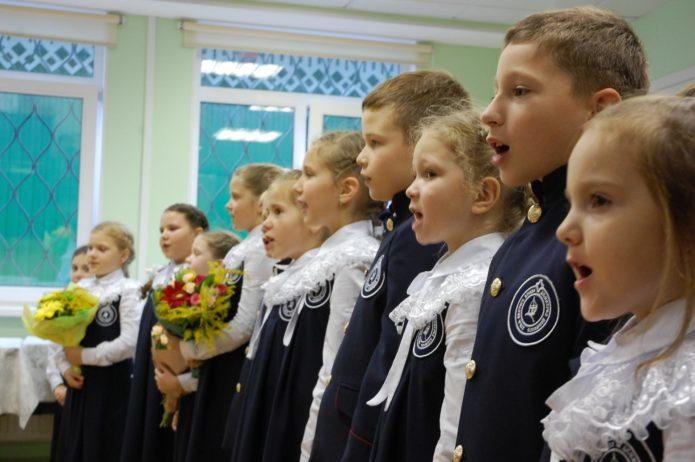 Младшие школьники поздравляют учителей