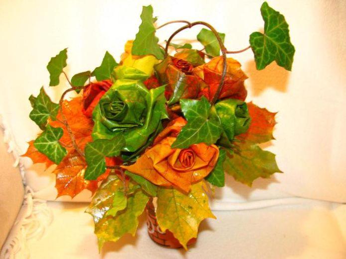 Декоративная композиция из осенних листьев