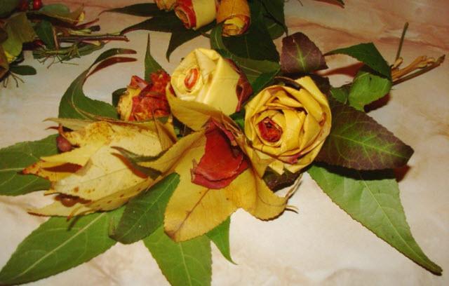Букет, сделанный из разноцветных листьев