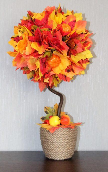 Яркий топиарий из осенних листьев