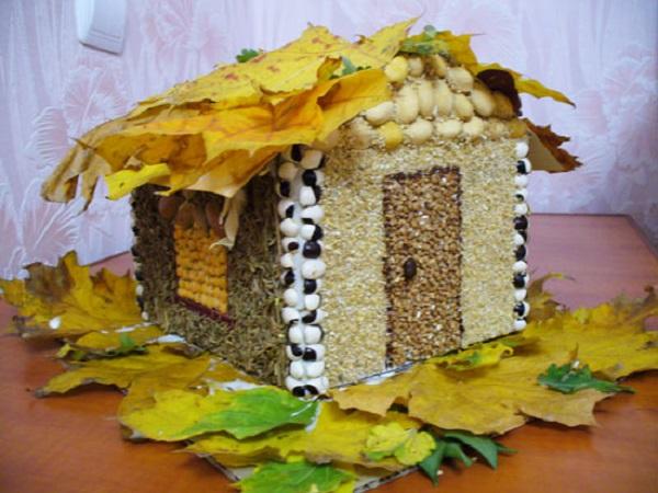 Домик из картона, круп и осенних листьев