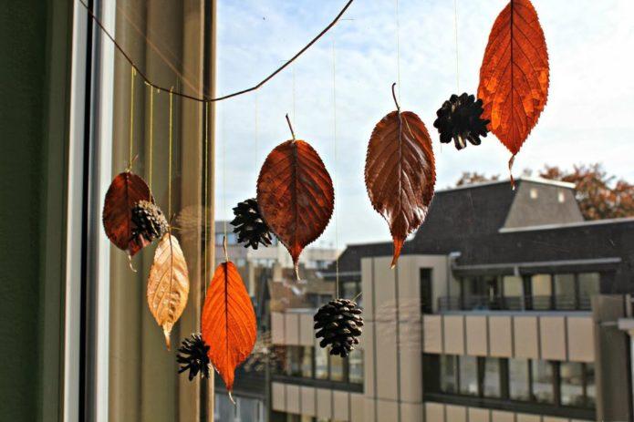 Гирлянда из осенних листьев и шишек