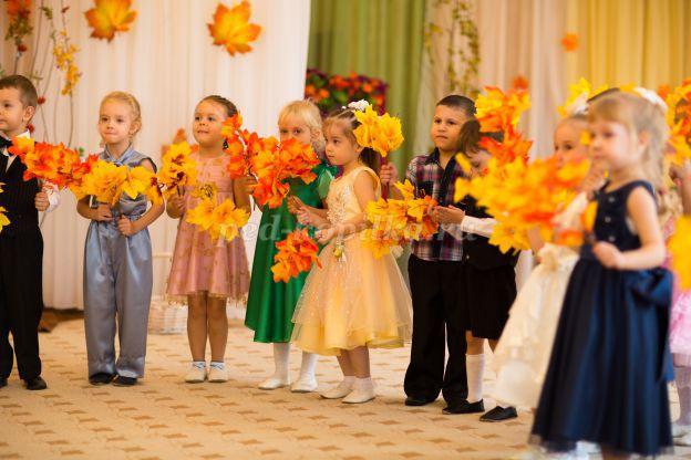 Дети на празднике Золотой осени в детском саду