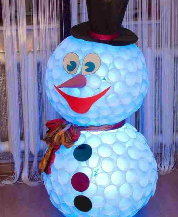 Светящийся снеговик из пластиковых стаканчиков