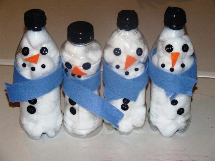 Простой и быстрый способ — снеговики из пластиковых бутылок