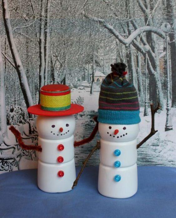 Интересная идея изготовления снеговиков из пластиковых бутылок для молока