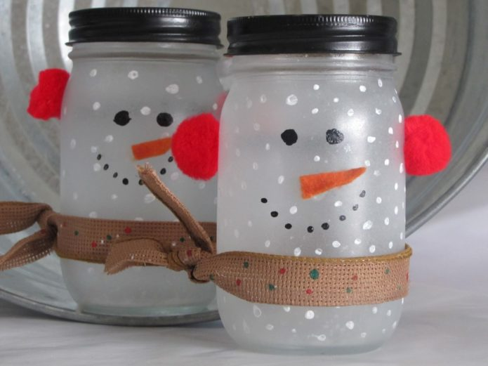 Практичные и яркие снеговички из стеклянных банок