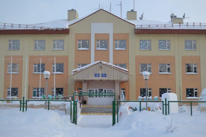 Украшение фасада школы к Новому году