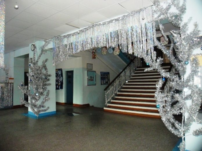 Украшение фойе в школе к Новому году