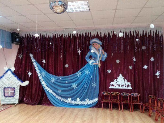 Украшение актового зала в школе к Новому году