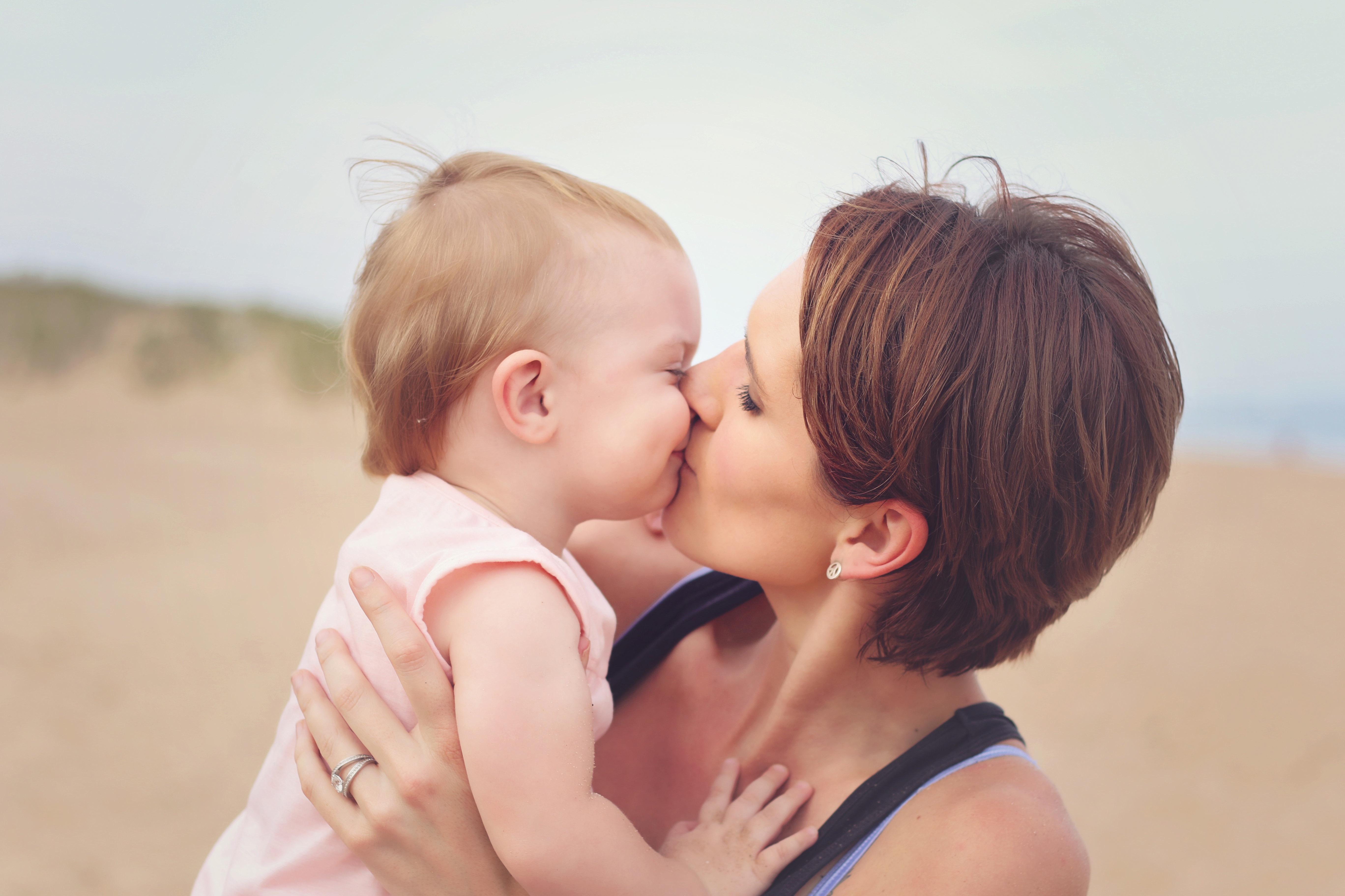 Почему не стоит целовать ребенка ни в губы, ни в пяточки