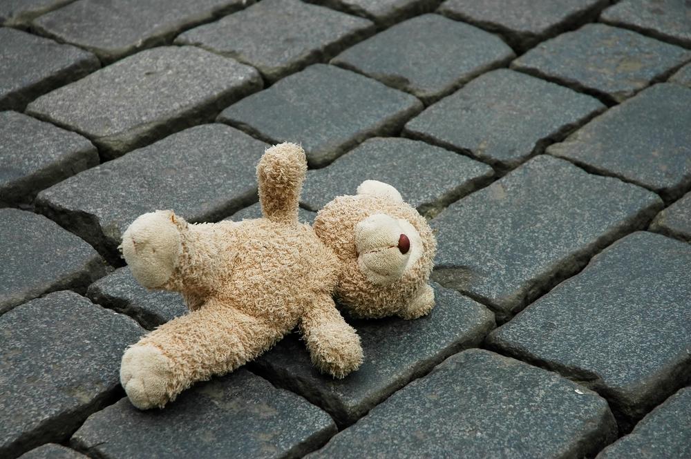 Почему оставлять вещи ребенка на улице — плохая примета
