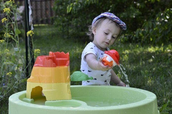 ребёнок играет с водой