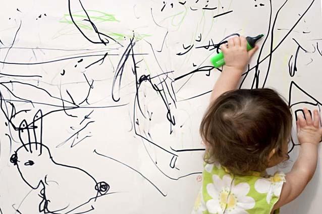 ребёнок рисует на обоях