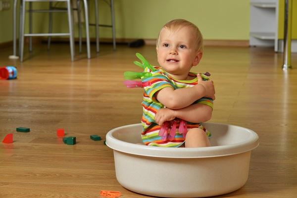 ребёнок играет с прищепками