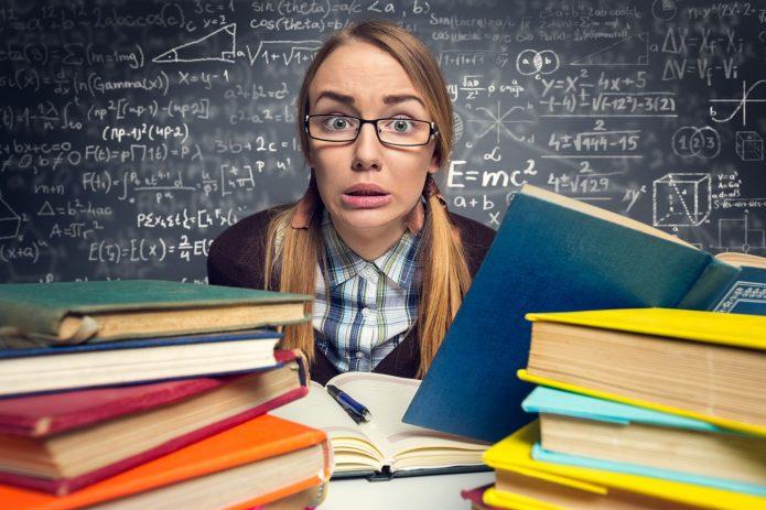 Девушка готовится к экзамену