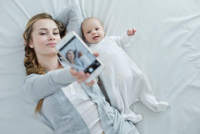 Мама делает селфи со своим малышом