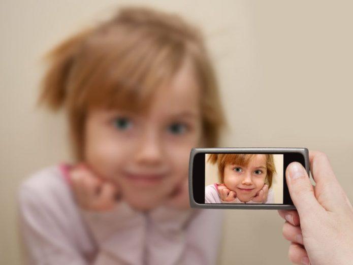 Мама фотографирует свою дочь