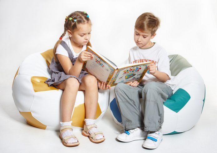 Мальчик и девочка рассматривают книгу