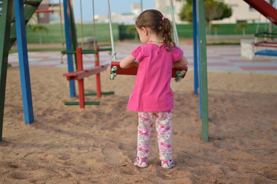 В каком возрасте ребенка можно отпускать гулять одного