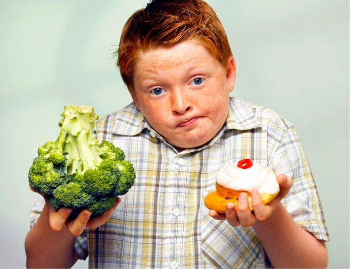 Он все время что-нибудь жует: как не вырастить из своего ребенка толстячка