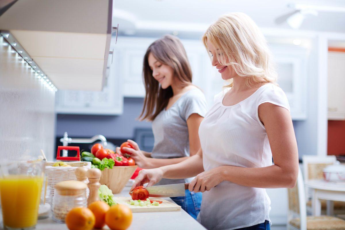 Каким кулинарным навыкам стоит научить ребенка-подростка