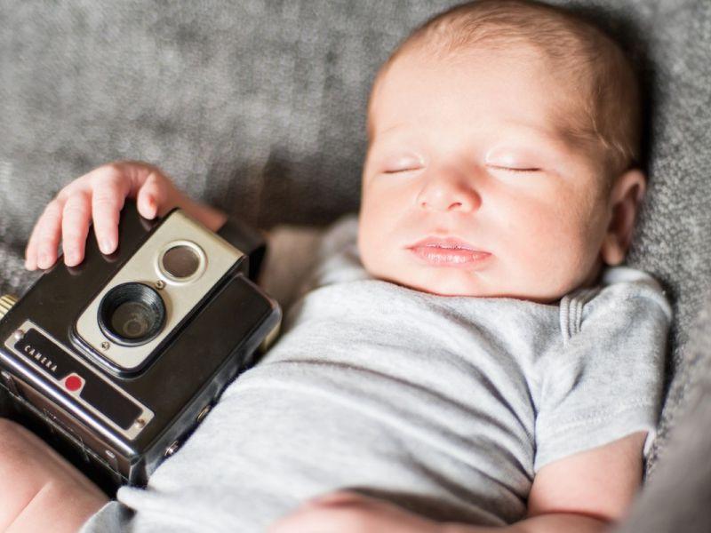 Не вредите своему ребёнку: почему нельзя фотографировать спящих детей