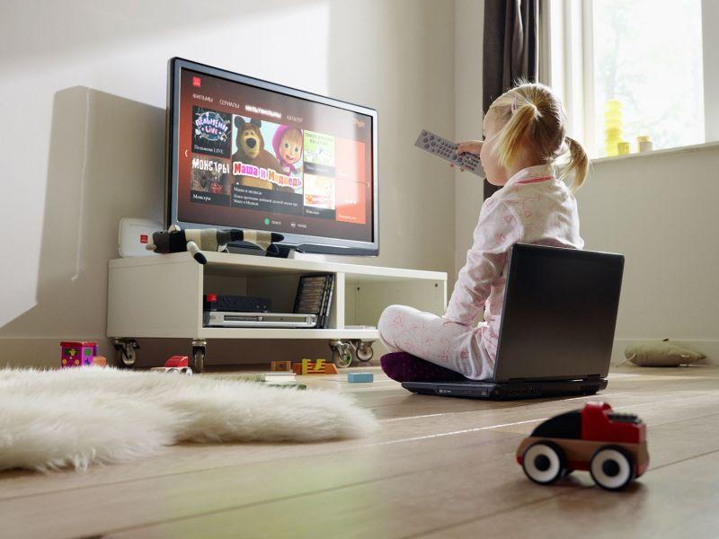 Почему ребёнку нельзя долго смотреть телевизор: причины запрета
