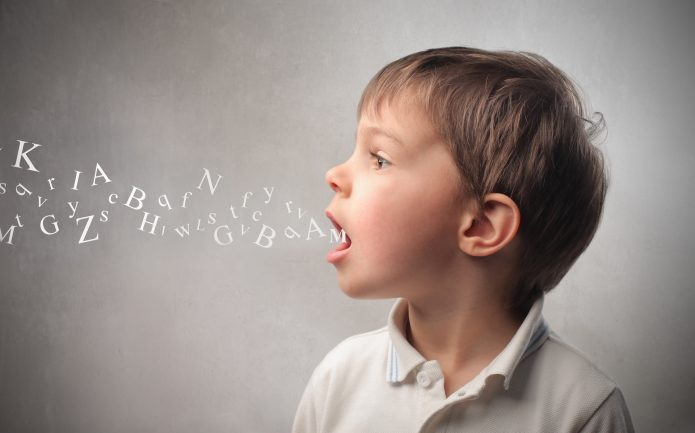Мальчик произносит звуки
