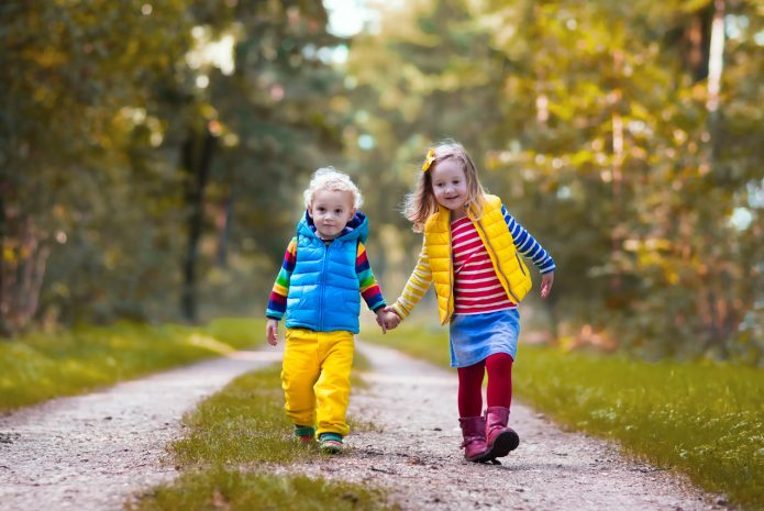 Две девочки гуляют по лесу