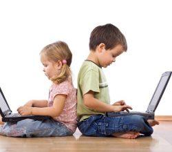 Мальчик и девочка сидят с ноутбуками