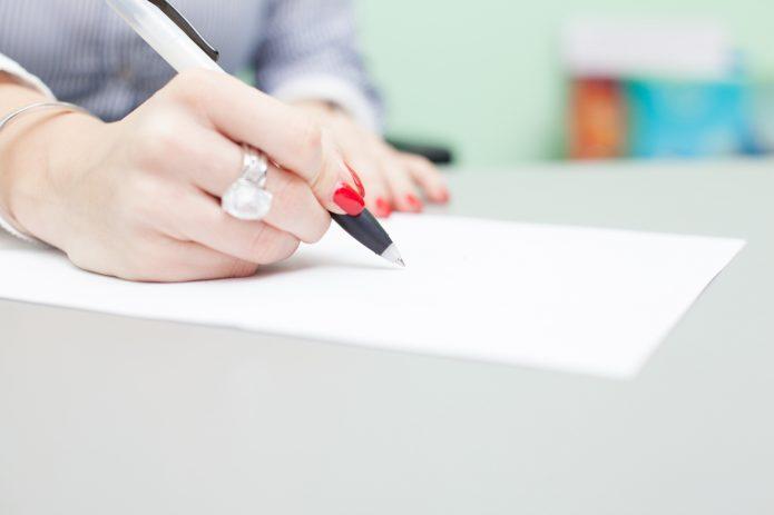 Женщина заполняет документы