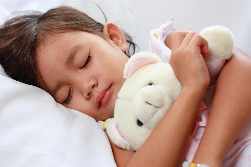 Почему ребенок скрипит зубами во сне: 5 основный причин