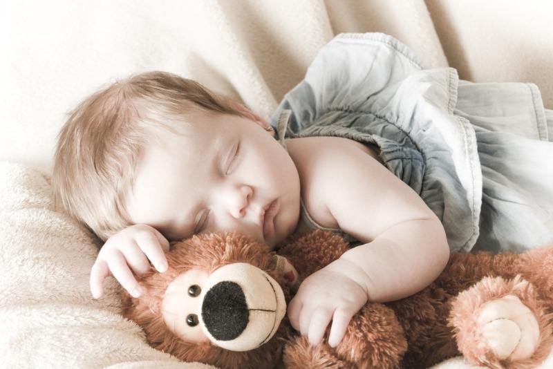 Почему ребенок спит с игрушкой и стоит ли паниковать