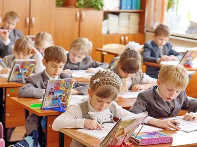 Дети на уроке в первом классе