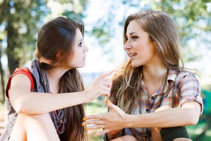 Девушки увлечённо беседуют