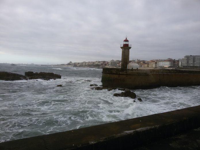 Маяк в городе Порту