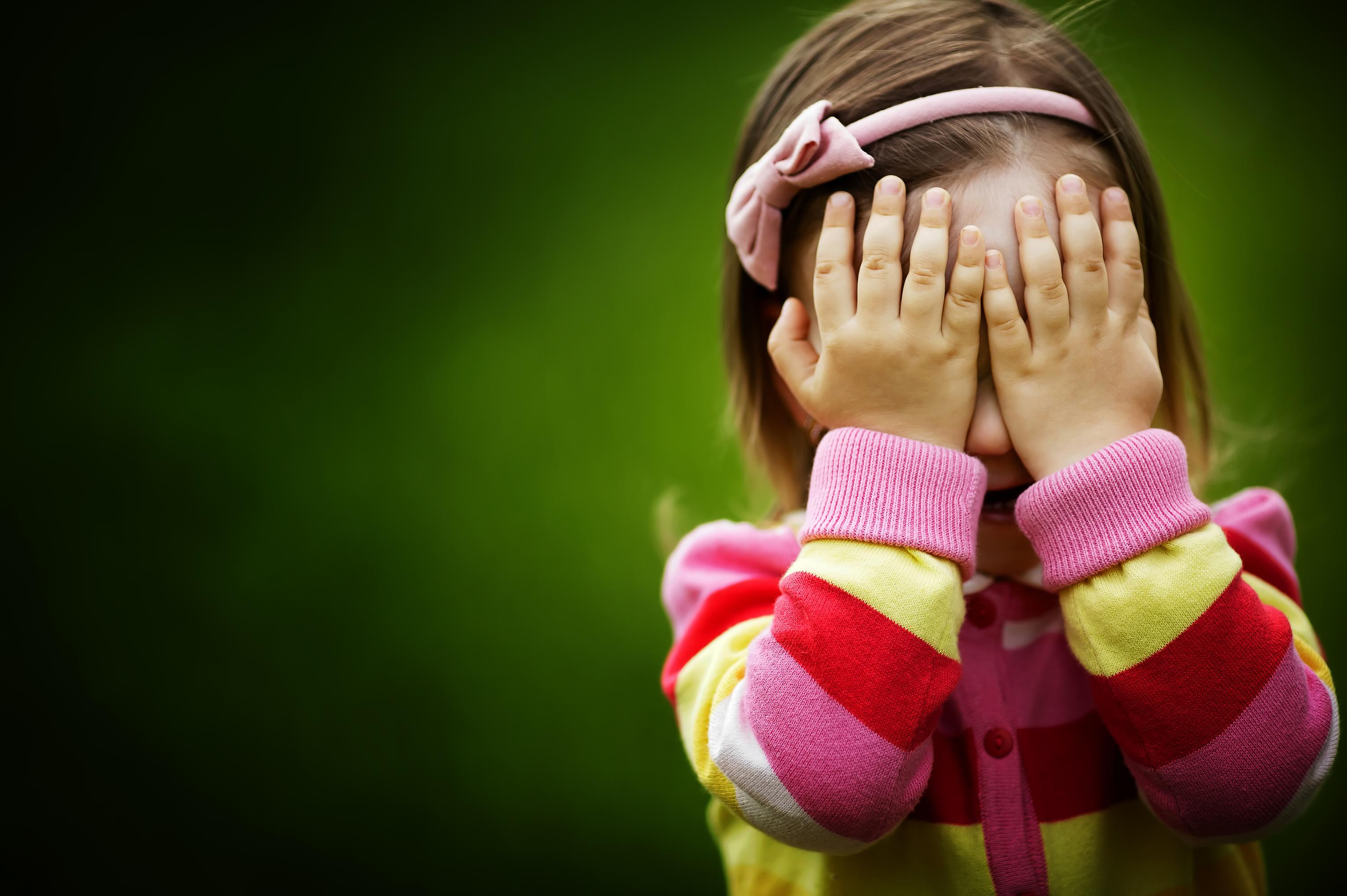 Смайлик вместо лица: почему многие мамы прячут лицо ребенка на фотографиях