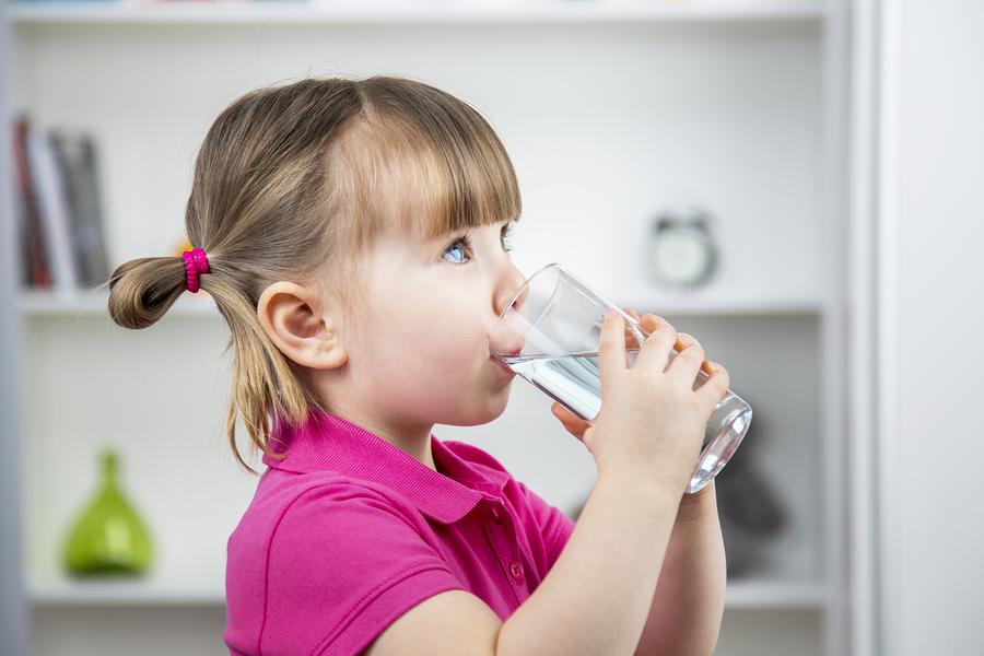 Детская вода: чем отличается от обычной питьевой и стоит ли покупать