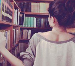 Девушка рядом с книжным шкафом
