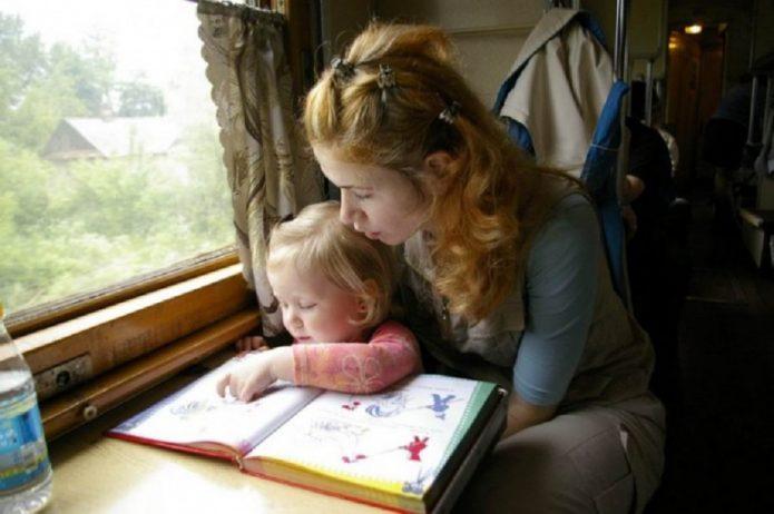 Мама с дочерью читает книку с картинками
