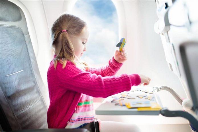 Девочка играет в самолёте