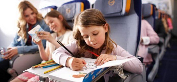 Девочка раскрашивает рисунок