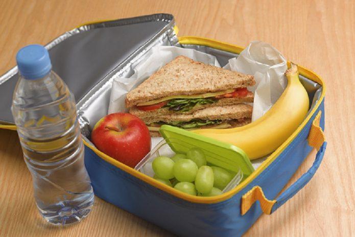 Ланчбокс с сэндвичем и фруктами