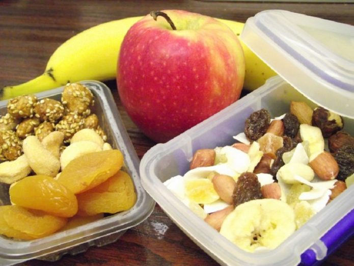 Орехи, сухофрукты и свежие фрукты