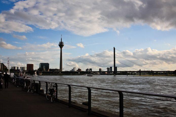 Вид на башню и мост с набережной Дюссельдорфа