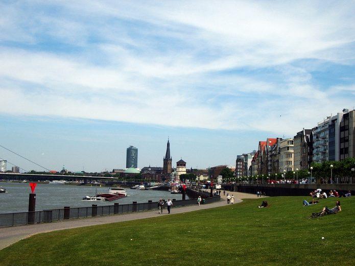 Луг на набережной Рейна