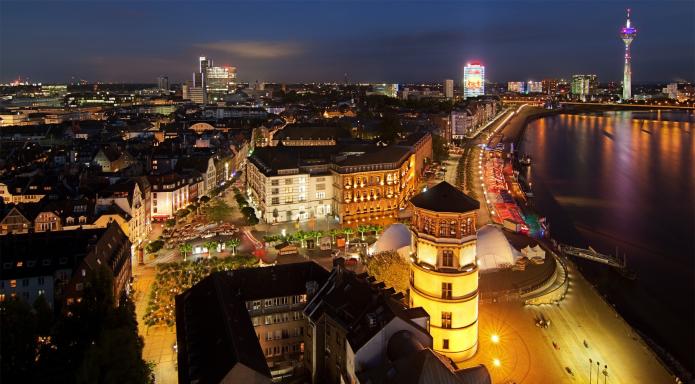Набережная Дюссельдорфа ночью, вид на Бургплатц