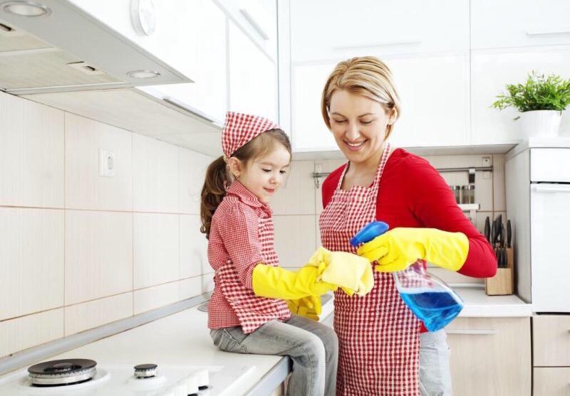 Как без скандалов научить ребенка помогать по дому: 6 полезных советов